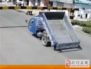 天降横祸!货车撞飞限高杆 下一秒狠狠砸中行人脑袋