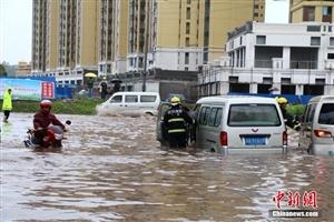 四川广安遭暴雨袭击部分街道水深达2米