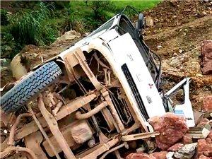 寻乌河角温泉桥头发生一起侧翻交通事故,造成一死一伤!