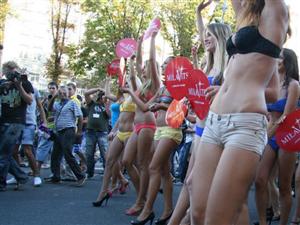 乌克兰女子因嫁不出去上街游行 怪男人太少