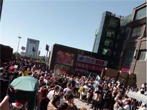 东贸业主趁有活动维权,广场近万人混乱中,百名警察封锁小区大门