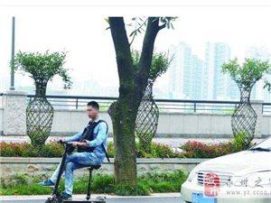 男子跷二郎腿骑助力车穿行马路中这样