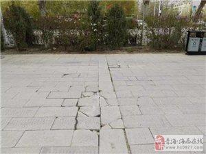 德令哈市城管局市政维护人员修复破损路面 提升城市面貌