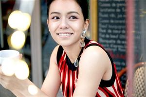 演员宋芸桦曝光了一组时尚大片,五光十色,尽显青春少女气息(图片)