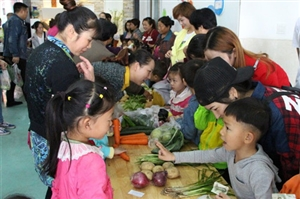 近日,一场自种蔬菜义卖活动在广汉市第五幼儿园火热开卖(图片)