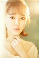 冯瑞睿推出最新写真,身着白色线衫小露香肩,演绎邻家女孩的性感魅力