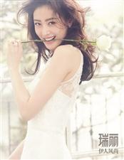 """张天爱身着简洁清爽白蕾丝长裙,露出""""微笑""""锁骨、充满浪漫的姿态感"""