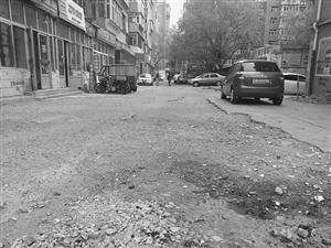 """路面凹凸不平,一刮风,尘土飞扬,雨天成了""""积水潭""""――小区巷道被""""蹂躏""""居民出行屡受挫"""