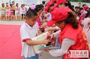 信阳志愿者节日情系留守儿童送上爱心大礼包