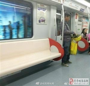 心酸!农民工怕弄脏地铁座椅,坐在安全帽上