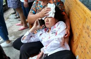 突发!南溪刘家镇老街房子垮塌,一人受伤血流满面!