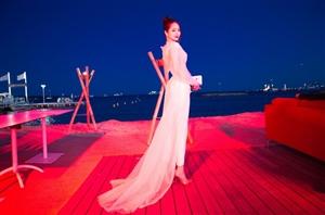 蓝燕真空上阵,实则用长薄纱包裹的十分严实,犹如仙女在天宫翩翩起舞