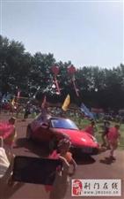 小学运动会 保时捷跑车开上操场