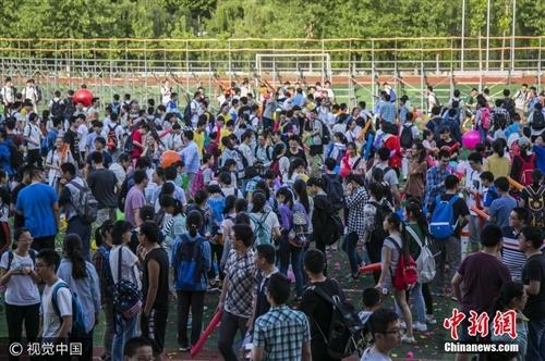 高三学生考前减压1.3万只气球1分钟内踩爆