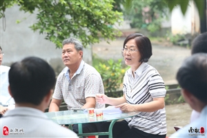 张蔚兰书记到打安村委会给村民发了三个大红包,快看看有多大?