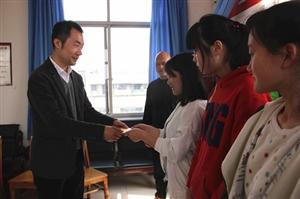 近日,广汉市基督教会为46名家庭困难、品学兼优学生发放爱心助学金