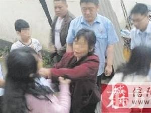 信阳一对婆媳阻碍执法;咬伤干警大腿后躺车轮下