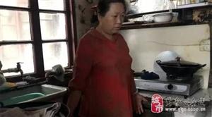 上海一家人9�O房子里挤了27年 儿子踩着冰箱上床
