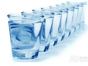 还在坚持每天喝8杯水?信错的不只你一个!