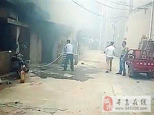 寻乌南桥豆腐作坊起火,窗里窗外浓烟滚滚,火势不断蔓延,老夫妻被困火场!