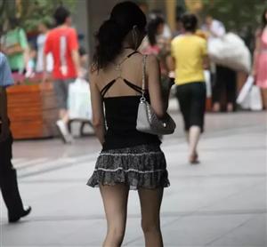 街拍!美女大街穿这么性感,小伙子们都不安心上班了