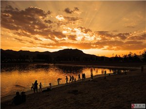 夕阳下的赤水湾