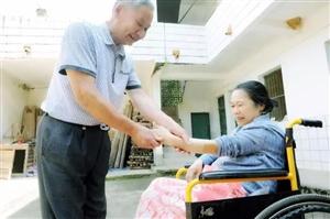 相守是最长情的告白――定南县赖德祥照顾瘫痪妻子17年
