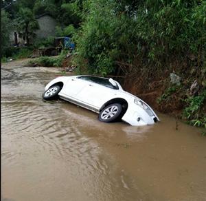 今天下午因�橛晗碌妮^大,路面都是雨水,德�d里脊�]�l生一起��v�确�事故!