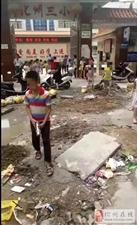 化州三小校门口建筑垃圾满天飞, 学生出行安全受到威胁