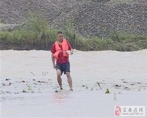 25号洪水肆虐靖安,一村民被困,直击现场解救