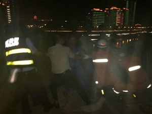 男子酒醉步入河中央被困;民警消防齐救助