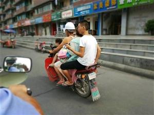 """三无摩托载4人!大人小孩都在""""用生命坐车"""""""