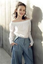 内地演员邓莎曝光一组时尚写真大片,清爽造型给炎炎夏日带来一丝清凉