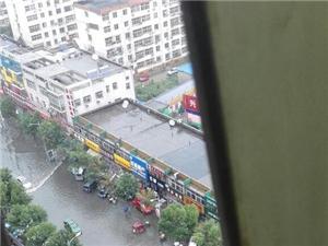 一场大雨,澳门地下官网又开启看海模式,汉王路南口小学门口已淹。。