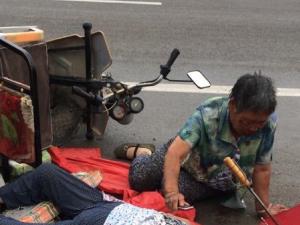 两老人骑电动三轮发生侧翻,受伤!