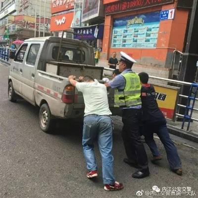 内江一机动车抛锚停道中,交警推车助脱困!