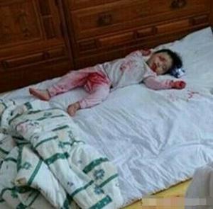 3岁女孩被锁在家,妈妈回家后看到这样一幕,直接瘫坐在地