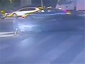 男子驾车连撞5人;让女友下车救人自己逃跑