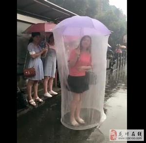 下雨天有这样的一把伞,回头率肯定是百分之百!