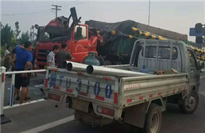 阜城:大货车撞落限高架,殃及一辆广告车