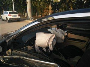 阜城突发:两车激烈碰撞,双方损失严重,千武路绕城县医院十字路口满地