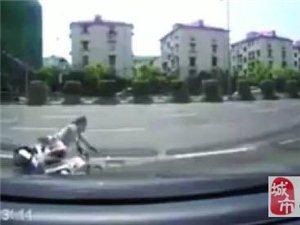 为啥呀?老人骑电动车带孙子摔倒,几米外的轿车为此赔偿了300元!