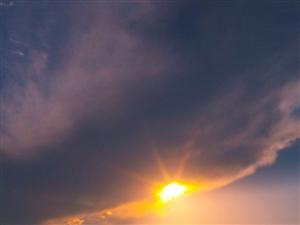 光影交汇下的金沙滩美景