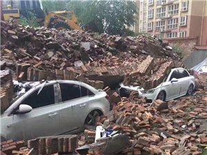今天下午一场暴雨袭击彬州大地,彬县开启看海模式!华宇小区墙塌数量小车被埋……