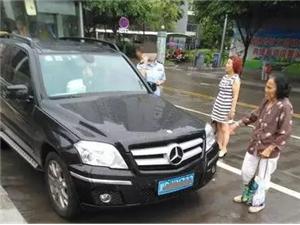 奇葩!宜宾一女警开奔驰占道停车,公交车被逼停!(公安部门已回复)