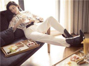 女演员张天爱为某时尚杂志拍摄的一组封面大片曝光,展现潇洒灵动双魅力