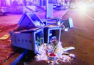 龙沙路多个垃圾箱恶意踢翻