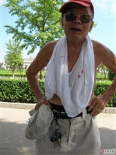 88岁退休教师雄姿漫步街头