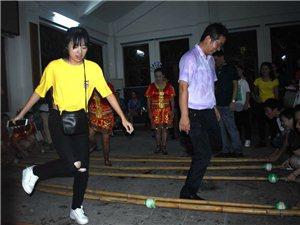 """""""我用双手挣学费""""的贫困户大学生联欢晚会在罗帅村文化舞台成功举办"""