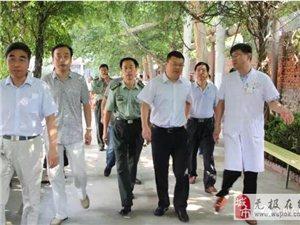 县长吕智临在县医院指导征兵体检工作。
